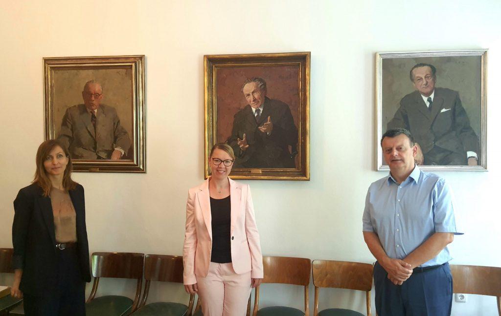 Urednica mag. Miljana Cunta, ministrica dr. Helena Jaklitsch in predsednik dr. Aleš Gabrič.