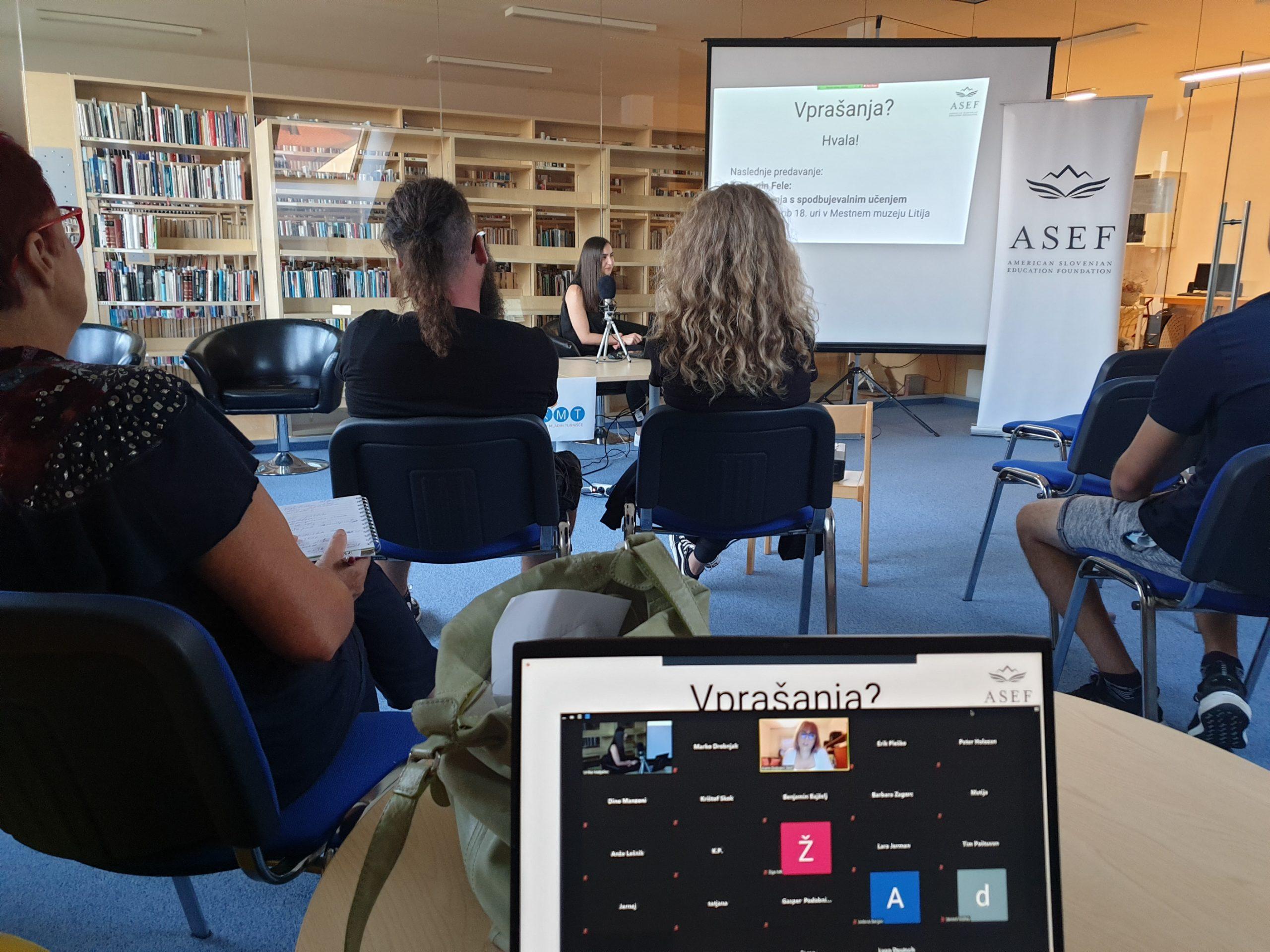 Pogled iz strani poslušalca med predavanjem.