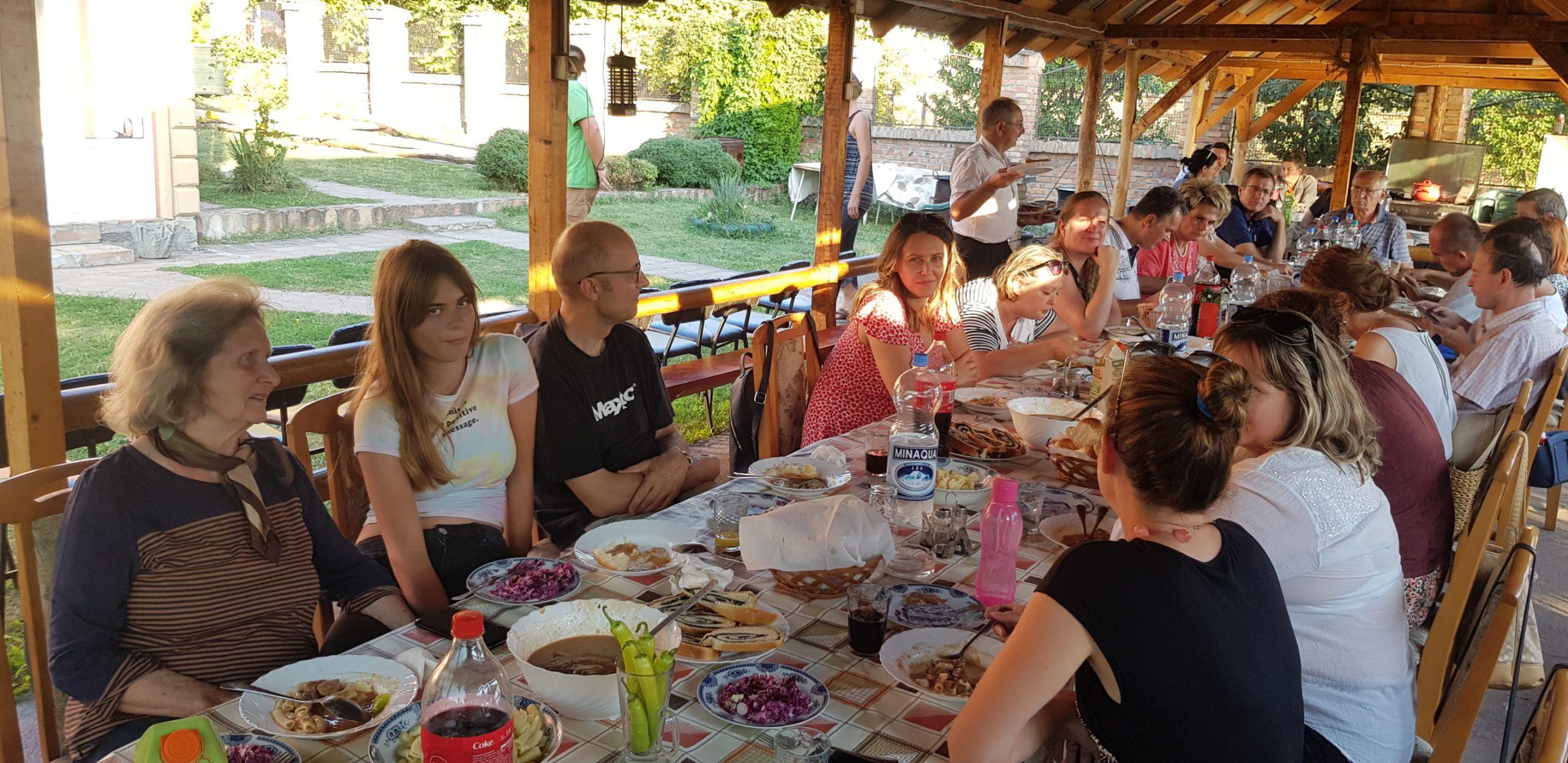 Udeleženci za mizo.