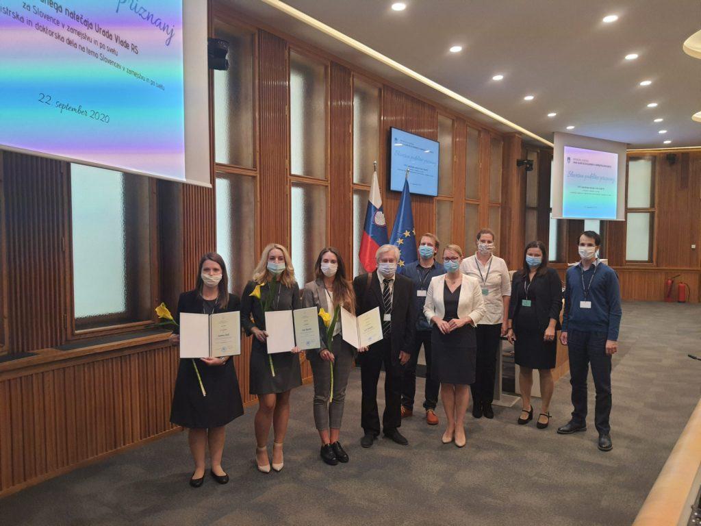 Ministrica z nagrajenkami in člani komisije.
