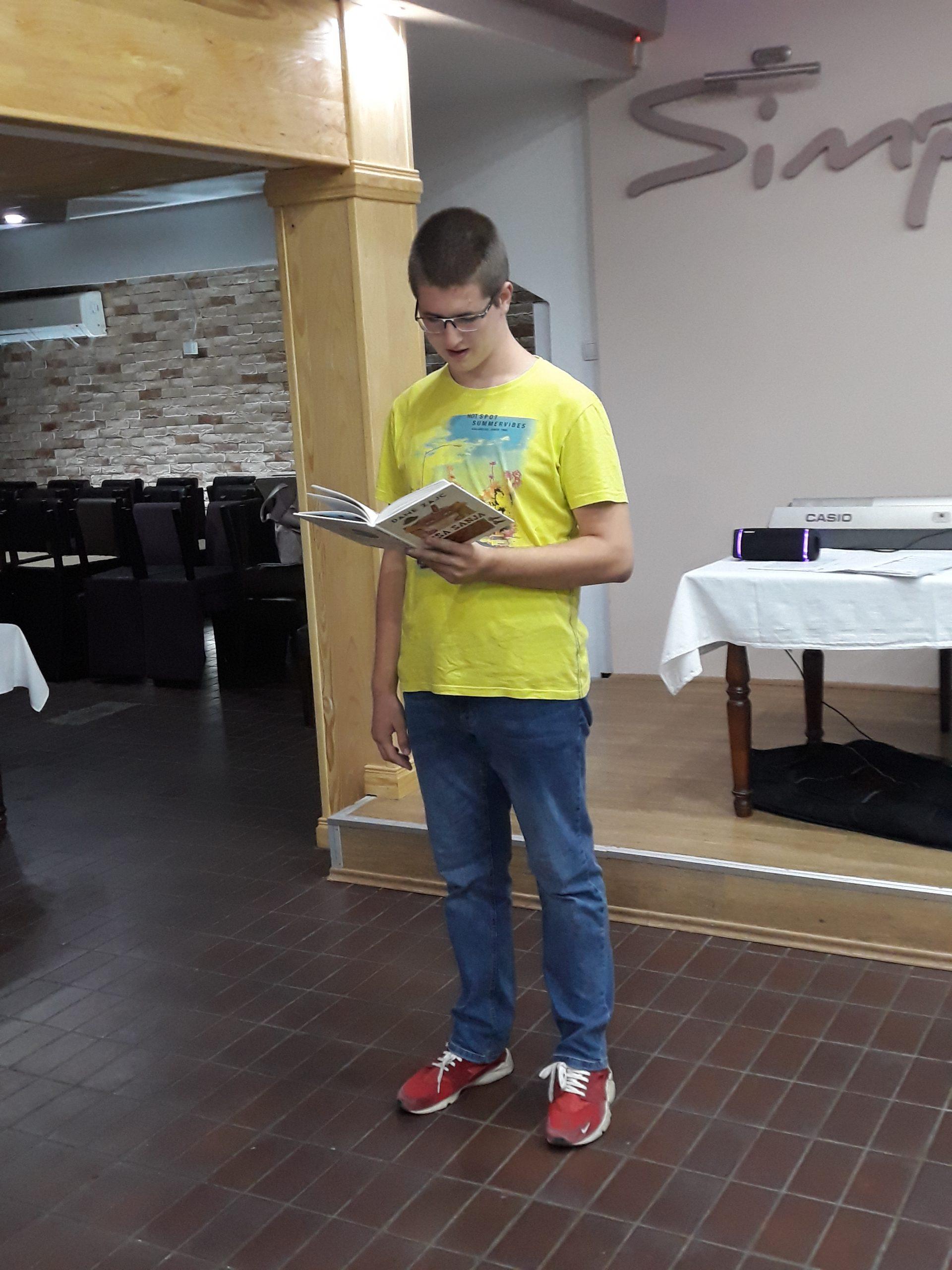 Nastopajoči s knjigo.