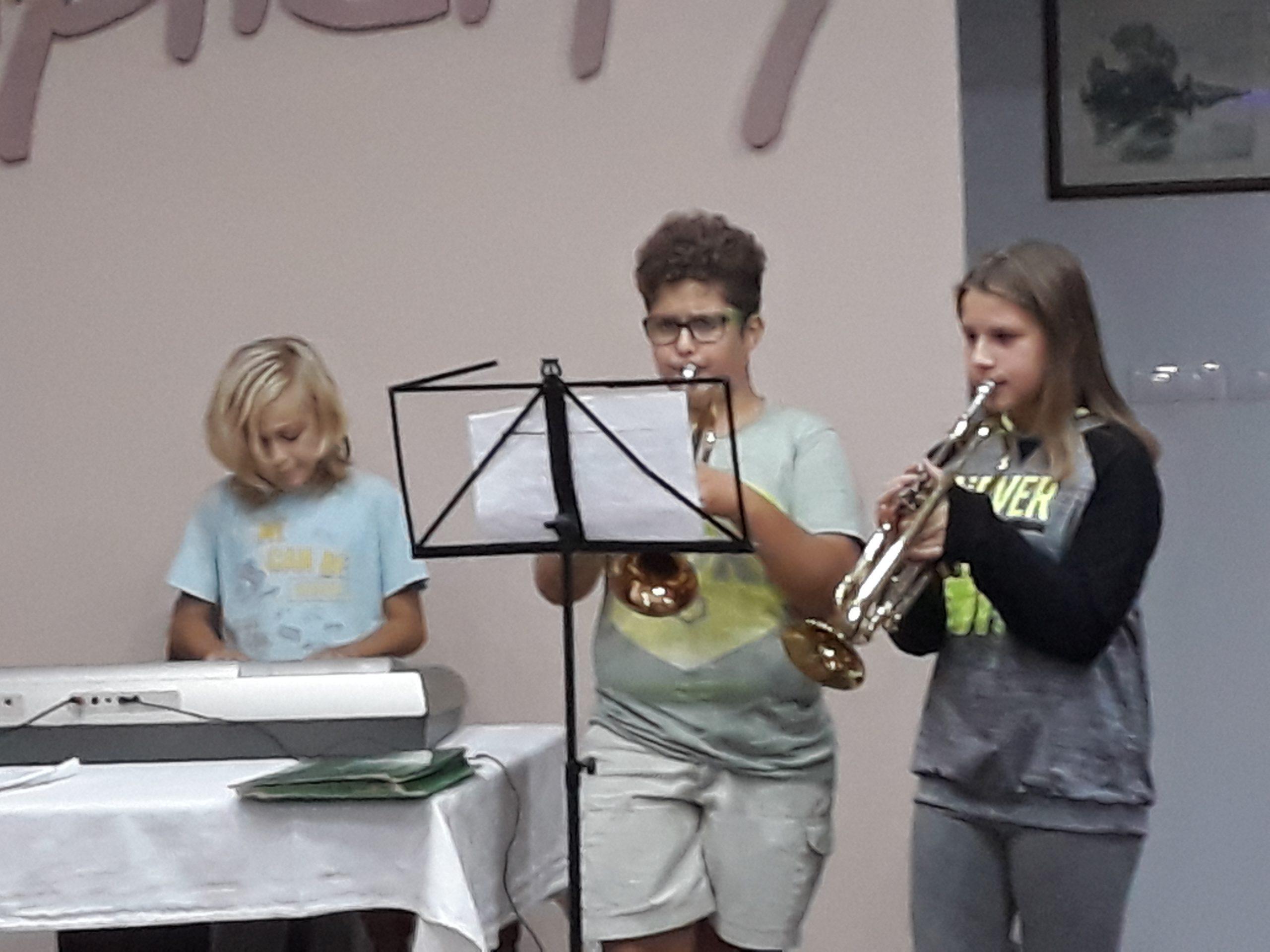Nastopajoči (s pianom in dvema trobentama).