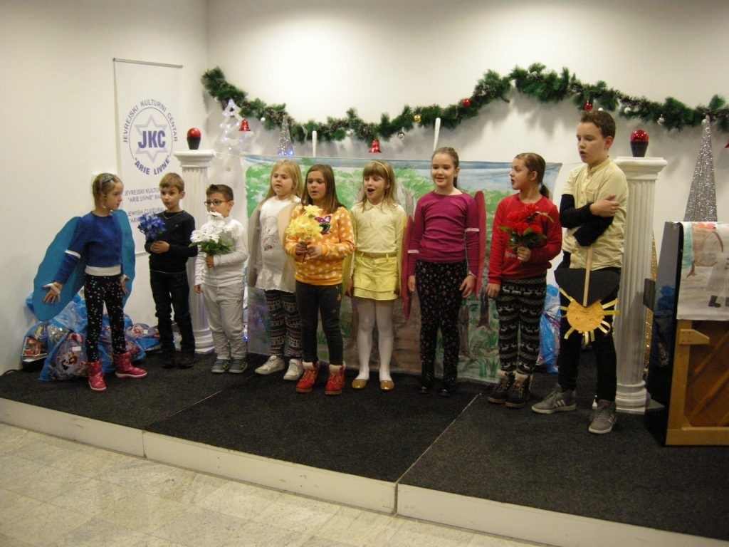 Učenci dopolnilnega pouka na odru.