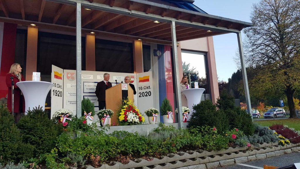 Ministrica Jaklitsch med govorom.