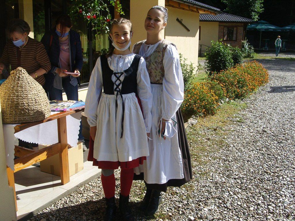 Mladi dekleti v tradicionalnih oblačilih.