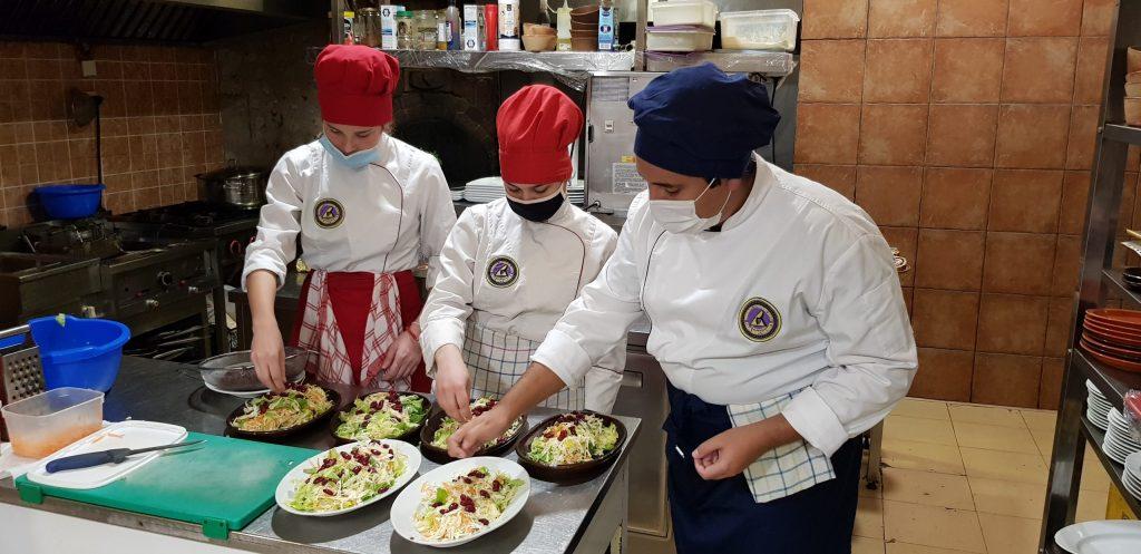 organizatorji gastronomskega dogodka v kuhinji.