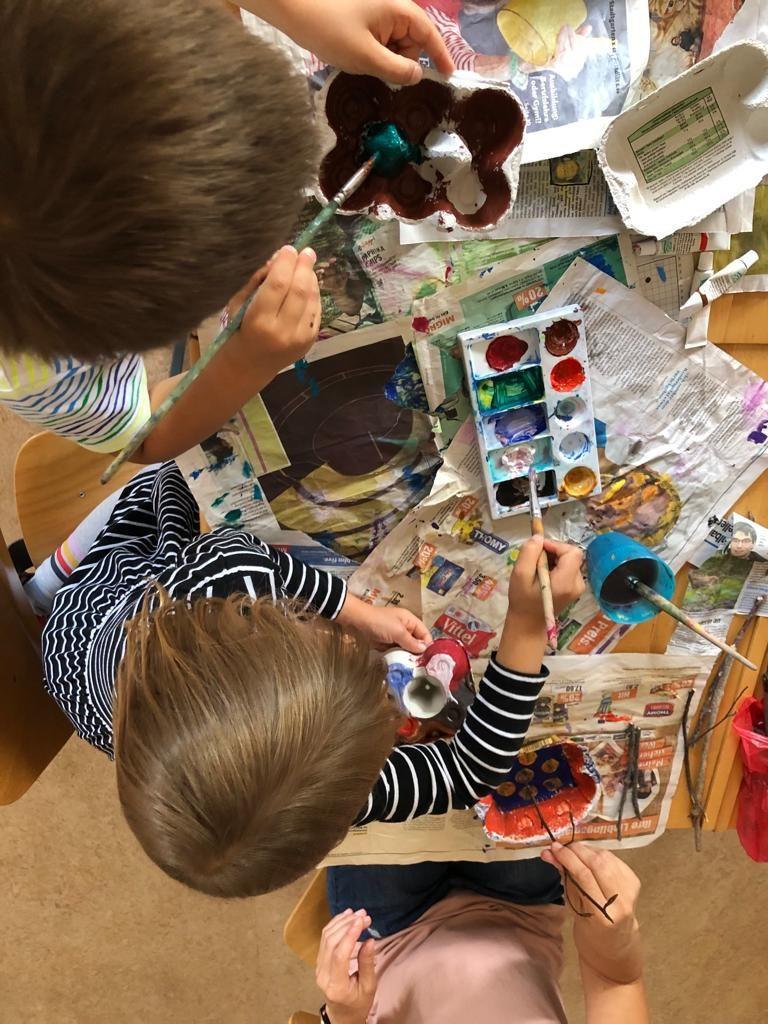 Otroci med ustvarjanjem.