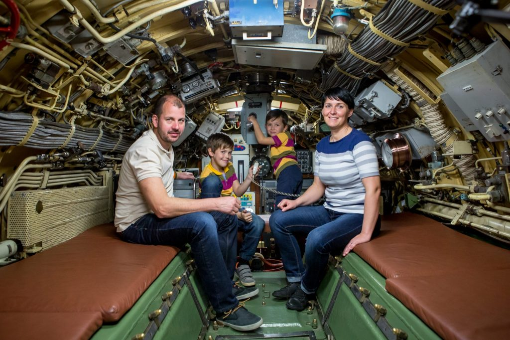 Družina v podmornici.