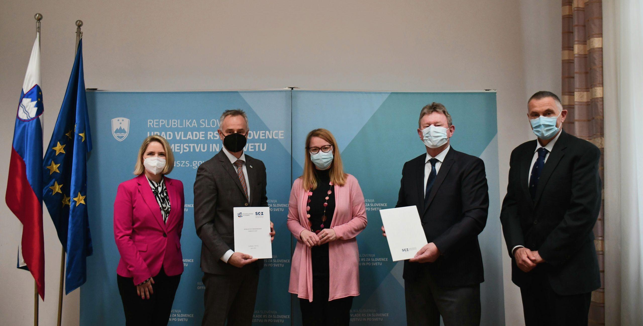 Ministrica dr. Jaklitsch, predsednika obeh podpisnikov in sodelavci.