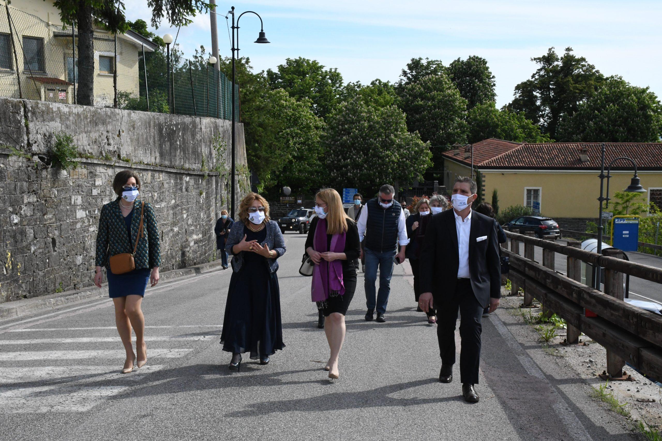 Ministrica v pogovoru z županjo med sprehodom čez Števerjan.