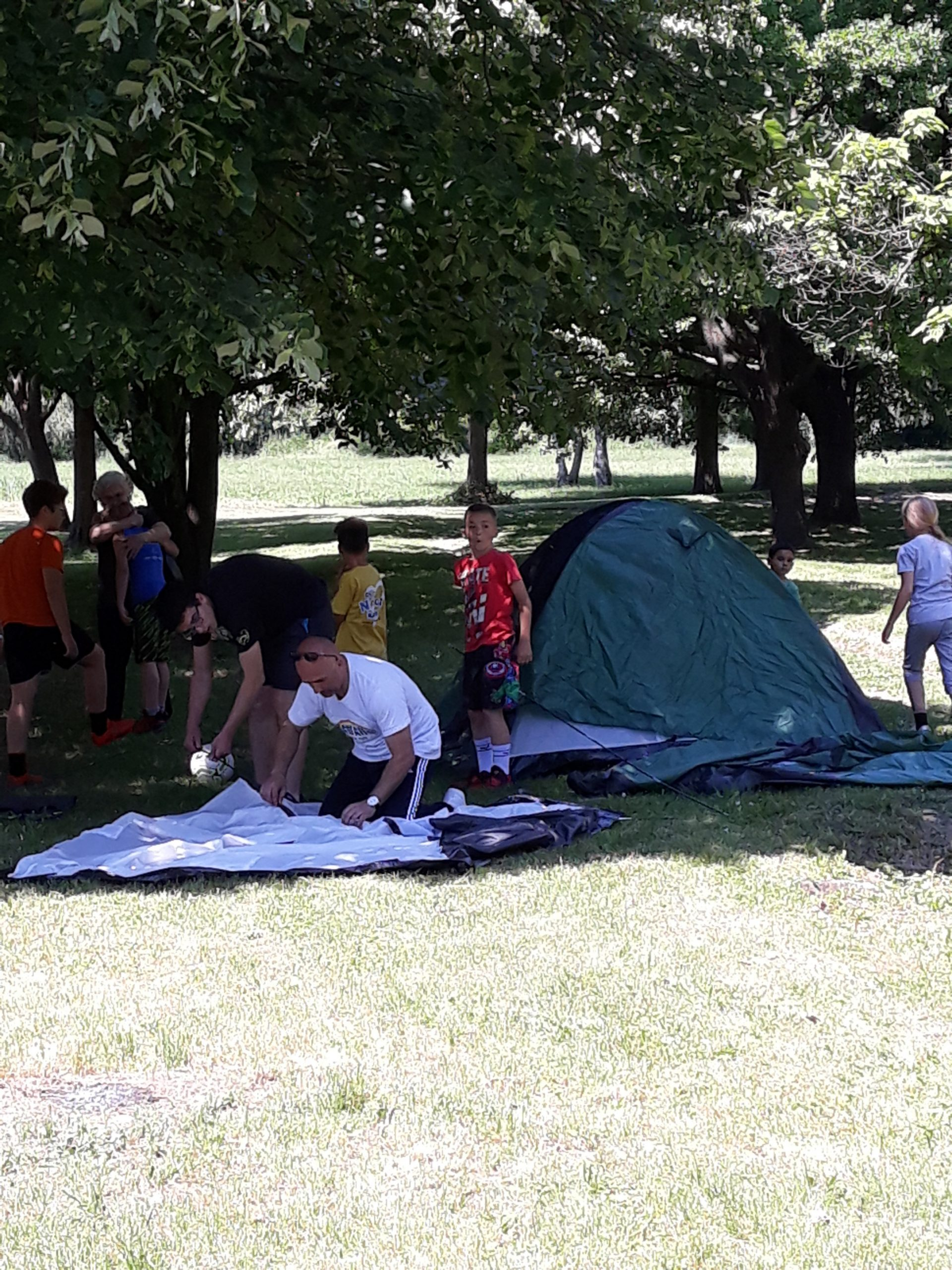 Med postavljanjem šotorov.