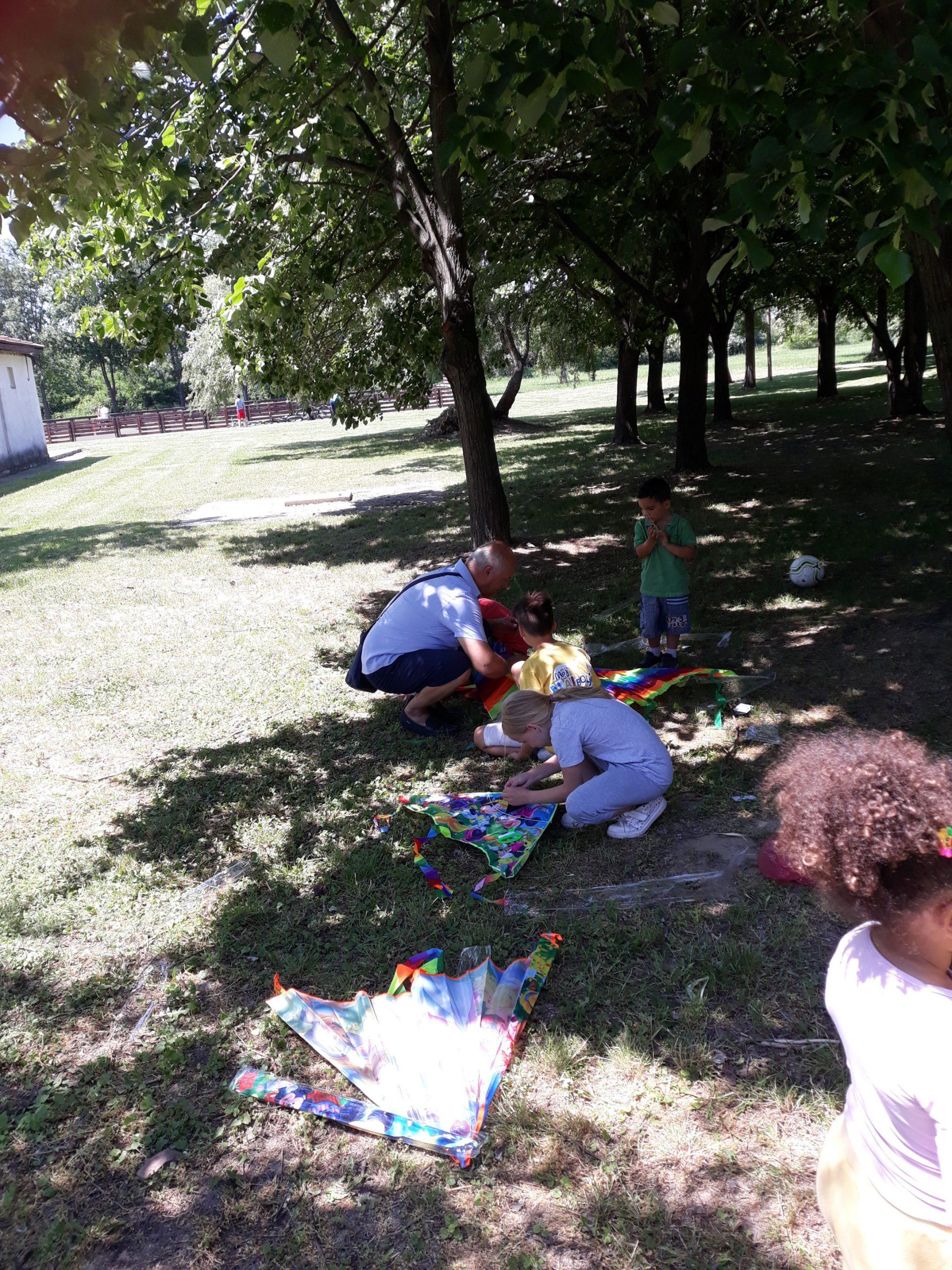 Otroci med izdelovanjem zmajev.