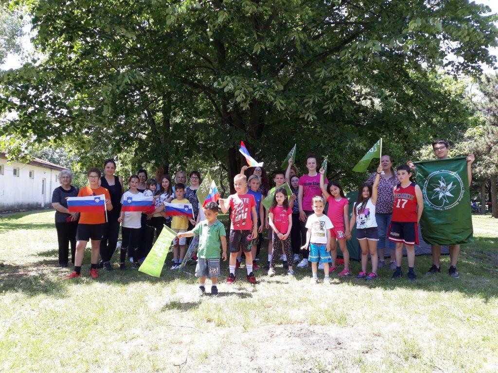 Udeleženci z zastavami.